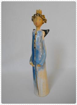 Anioł z ceramiki stojący