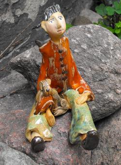 Anioł siedzący z ceramiki